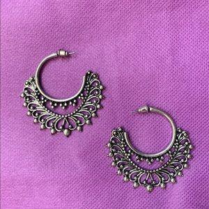 NWOT detailed silver hoop earrings